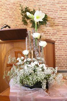 liturgische bloemsierkunst door een van de leden.