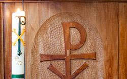 Paaskaars en preekstoel