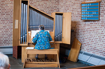 organiste tijdens viering